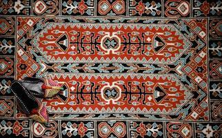 interior asiático. tapete e chinelos foto