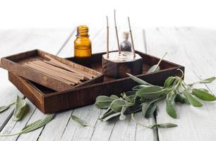 folhas frescas de sálvia com kit de aromaterapia de spa foto