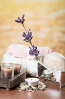 óleos velas sabonetes pedras flor spa conceito foto