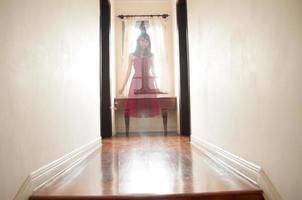 fantasma em um corredor foto