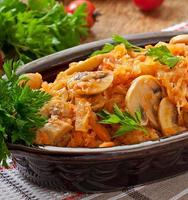 repolho cozido com cogumelos e molho de tomate foto