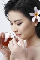 mulher bebendo chá foto