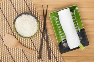 ingredientes e utensílios de comida japonesa foto