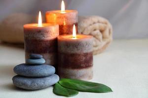 velas e pedras de massagem no spa zen