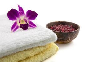 configuração de spa e bem-estar com flores e toalha foto