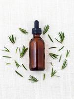 ingredientes naturais spa óleo essencial de alecrim para aromaterapia foto