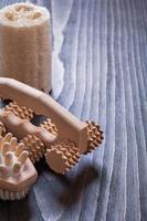 placa de madeira vintage com massageadores relaxantes escova e bucha ele
