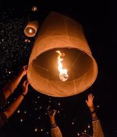 festival de lanternas do céu ou festival de yi peng na Tailândia foto