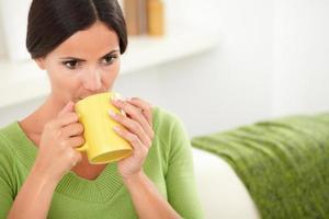 mulher caucasiana, bebendo seu café diário foto