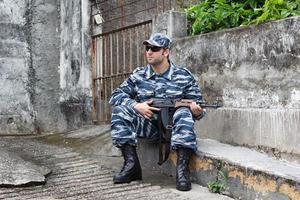 militar caucasiano, segurando o rifle foto