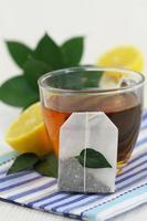 saquinhos de chá, chá e limão fresco foto