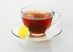 xícara com chá e saquinho de chá foto