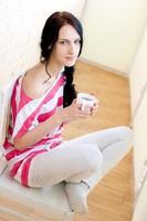 jovem caucasiana com uma xícara de chá foto