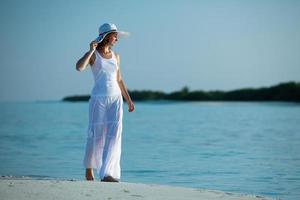 mulher caucasiana caminha ao longo da bela praia
