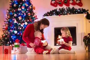 mãe e filhos em casa na véspera de Natal foto