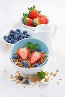 comida saudável - granola, frutas frescas e leite foto