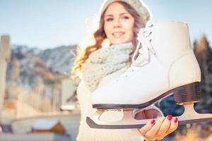 mulher caucasiana feliz indo para patinação no gelo ao ar livre