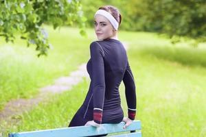 feliz sorridente caucasiana desportista em fitness jogging gear foto
