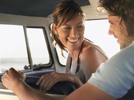 casal sentado na caravana foto