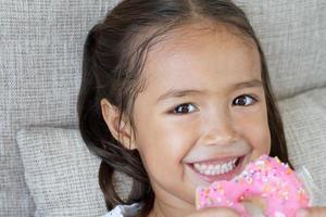 retrato de criança feliz, positiva, sorridente, asiática caucasiana foto