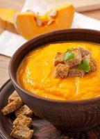 sopa de abóbora com croutons foto