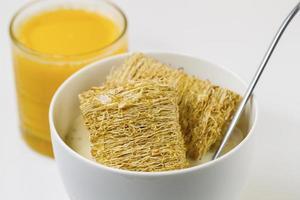 cereais integrais, mel e suco de laranja prontos para o café da manhã foto