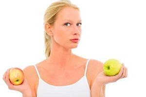 retrato de uma jovem linda mulher caucasiana com maçãs foto