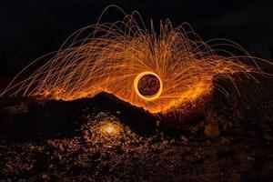 chuvas de fogo de artifício de faíscas brilhantes e quentes de lã de aço girando.