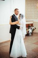 lindo casal caucasiano recém casado e dançando sua primeira dança foto