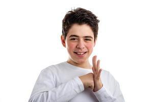 perfurando um gesto de palma por menino caucasiano com pele com tendência a acne. foto