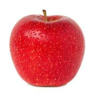 maçã vermelha com gotas de água isolada foto