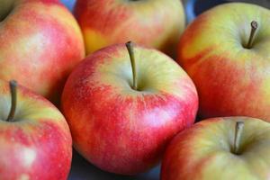 close-up de maçãs verdes vermelhas frescas foto