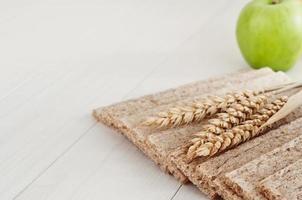 pães crocantes de dieta seca com espigas de trigo foto