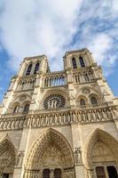 Notre Dame em Paris, com céu dramático no fundo foto
