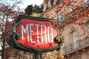 sinal de metro em paris - horizontal, close-up foto