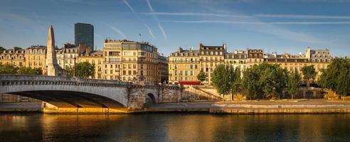 margem esquerda do rio Sena banhou a luz do verão de manhã cedo. foto