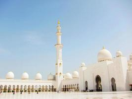 a grande mesquita com céu azul foto