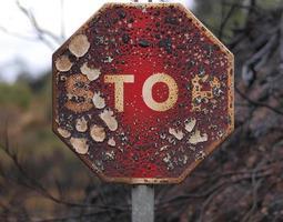 sinal de trânsito queimado. foto