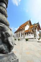 Templo de wat suthatthepwararam em bangkok, tailândia foto