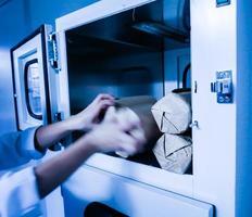 experimentador passou para o meio de cultura microbiológica da cabine foto