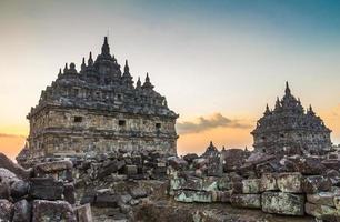 Templo de plaosan em java indonésia foto