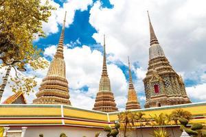 o topo do templo de buddism na Tailândia foto