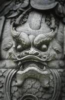estátua de rosto de dragão