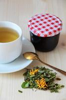 xícara de chá de ervas e geléia