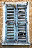 castiglione olona janela verde o branco