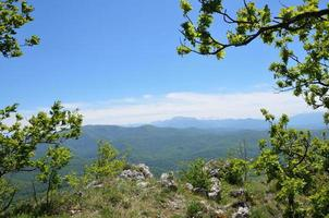 adygea, paisagem de montanha na primavera. cume caucasiano.