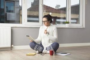jovem mulher com tela de toque tablet PC foto