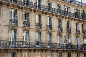 a fachada, janelas e varandas das casas foto