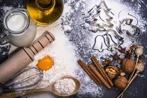 ingredientes de cozimento para fazer massa no quadro negro. Biscoitos natalinos foto
