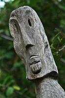 polinésia ilha esculpida totem de madeira foto